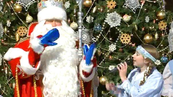 Дед Мороз получил на день рождения варежки и зажег первую новогоднюю елку