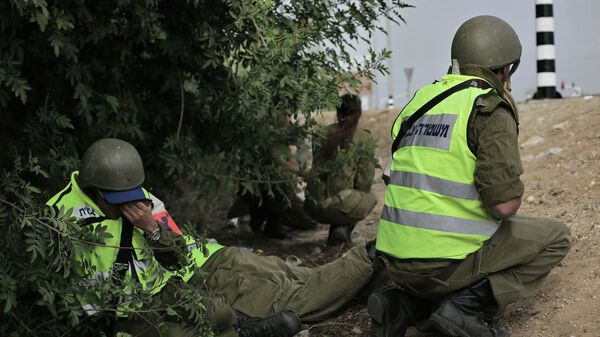 Израильские солдаты прячутся во время воздушной тревоги