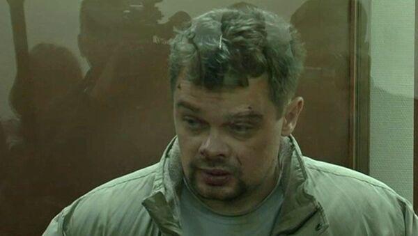 Подозреваемый в тройном убийстве на улице Бирюлевской в Москве дает интервью в зале суда