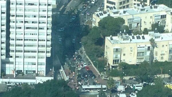 Дым после взрыва автобуса в Тель-Авиве