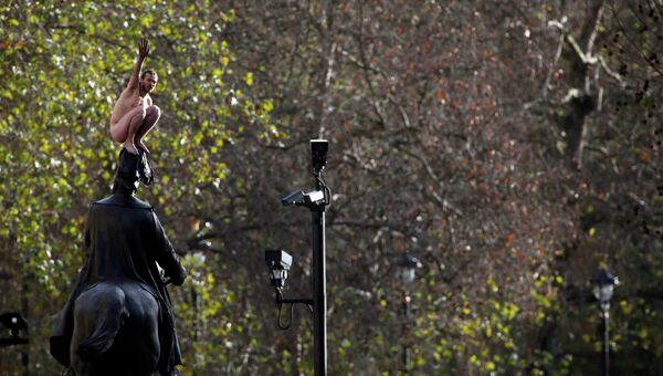 Мужчина на статуе принца Георга в Лондоне