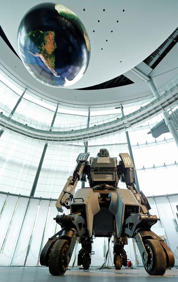 Боевой робот Kuratas на выставке в Токио, Япония