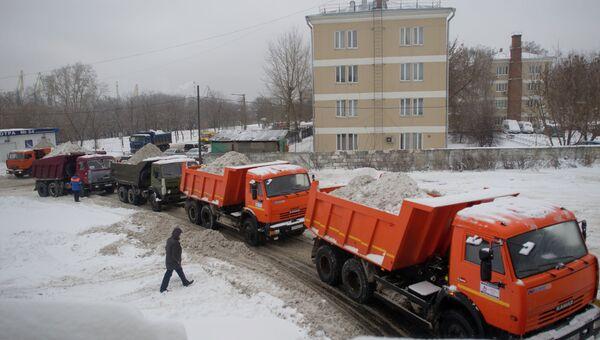 Работа снегоплавильного пункта в Москве. Архив