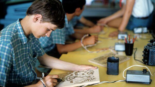 Занятия в кружке художественного выжигания. Архивное фото