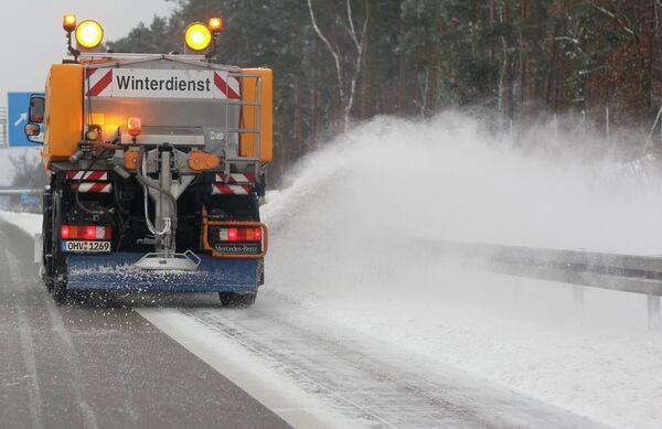 Снегоуборочная машина чистит автомагистраль A115 в Германии