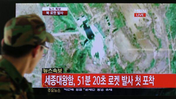 Военный КНДР наблюдает за запуском ракеты-носителя Ынха-3 со спутником Кванмёнсон-3 с космодрома Сохэ
