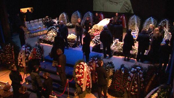 На прощании с Вишневской сцену Центра оперного пения заполнили цветами