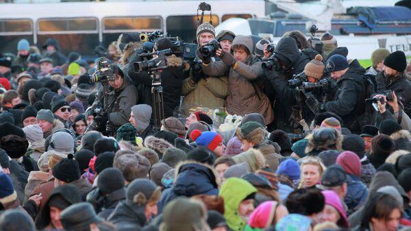 Участники несогласованной акции протеста Марш свободы и журналисты на Лубянской площади в Москве