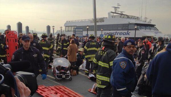 Спасатели работают на месте крушения пассажирского парома в Нью-Йорке