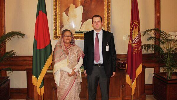 Премьер-министр Бангладеш Шейх Хасина и корреспондент РИА Новости Александр Невара
