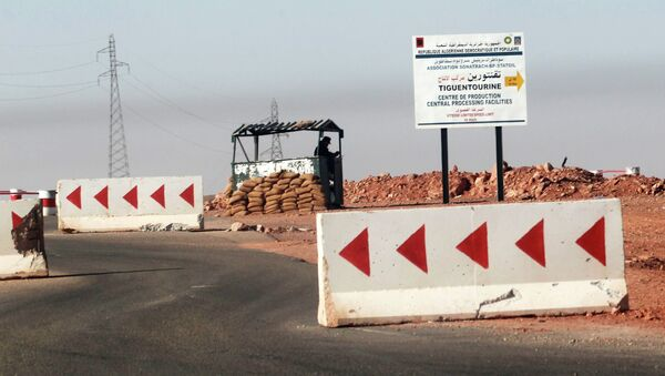 На дороге близ нефтеперерабатывающего комплекса в Алжире, где исламисты захватили заложников
