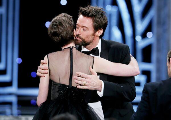 Актер Хью Джекман целует актрису Энн Хэтэуэй на 19-ой церемонии вручения премии Гильдии киноактеров США