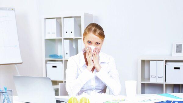 Женщина борется с гриппом