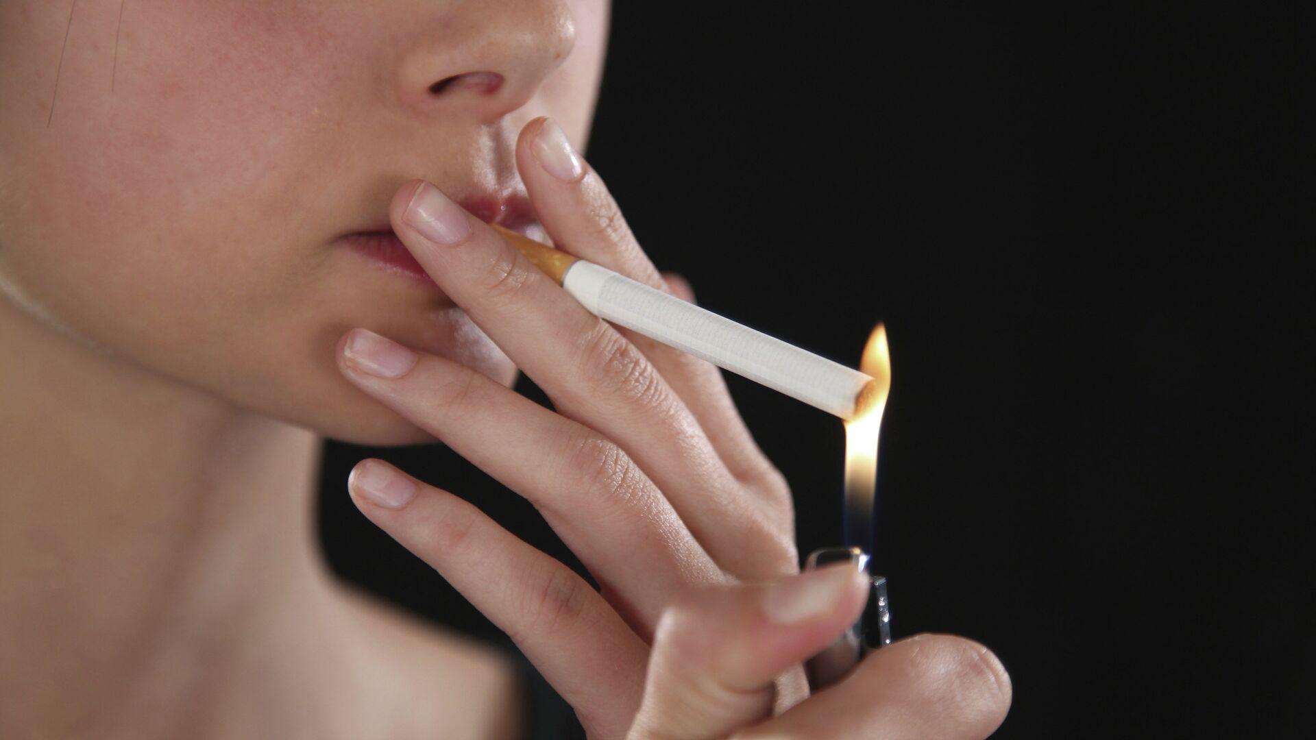 Женщина поджигает сигарету - РИА Новости, 1920, 22.01.2021