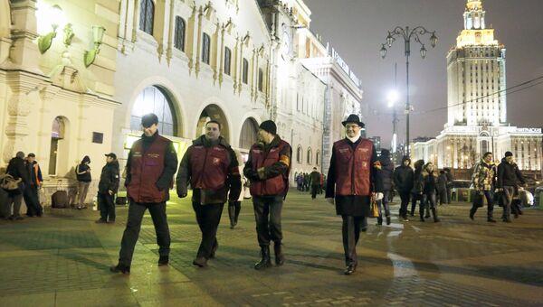 Народные дружинники патрулируют территорию Казанского вокзала. Архив