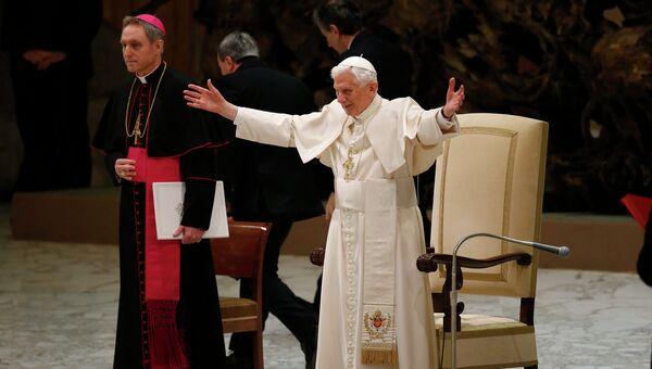 Папа Римский Бенедикт XVI на всеобщей аудиенции в зале Павла VI в Ватикане