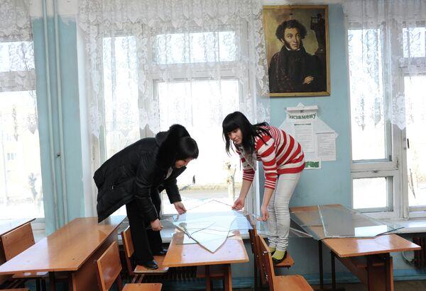 Учащиеся профессионального училища №1 в Челябинске убирают выбитые во время падения космического объекта стекла