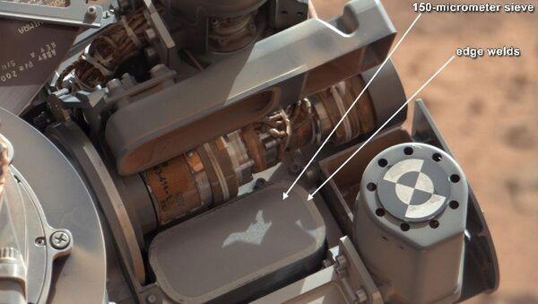 Сито для просеивания образцов, установленное на манипуляторе марсохода Curiosity