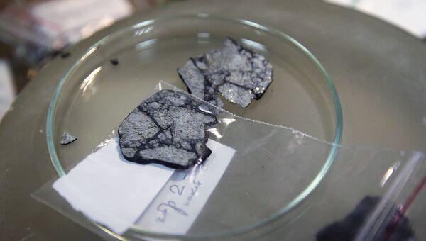 Осколок чебаркульского метеорита в лаборатории Института геохимии и аналитической химии им. В.И.Вернадского