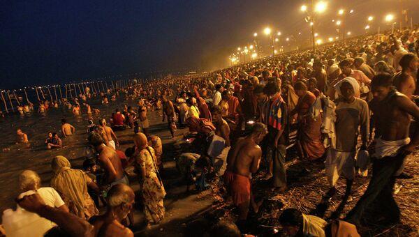 Индусы собрались, чтобы принять священное омовение в водах реки Ганг