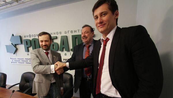 Бывший депутат Госдумы Геннадий Гудков (в центре) и депутаты Госдумы Дмитрий Гудков (справа) и Илья Пономарев