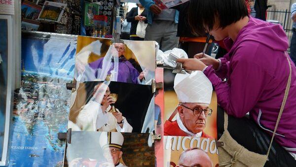 Фото с изображением Папы Римского Франциска у одного из газетных киосков Буэнос-Айреса 14 марта 2013 года