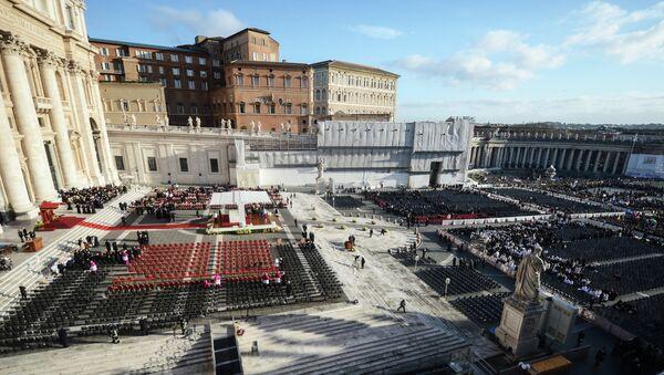 Подготовка площади Святого Петра к церемонии интронизации Папы Римского Франциска в Ватикане