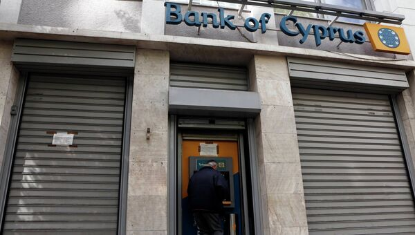 Мужчина у центрального банка Кипра