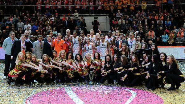 Баскетболистки и тренерский состав УГМК
