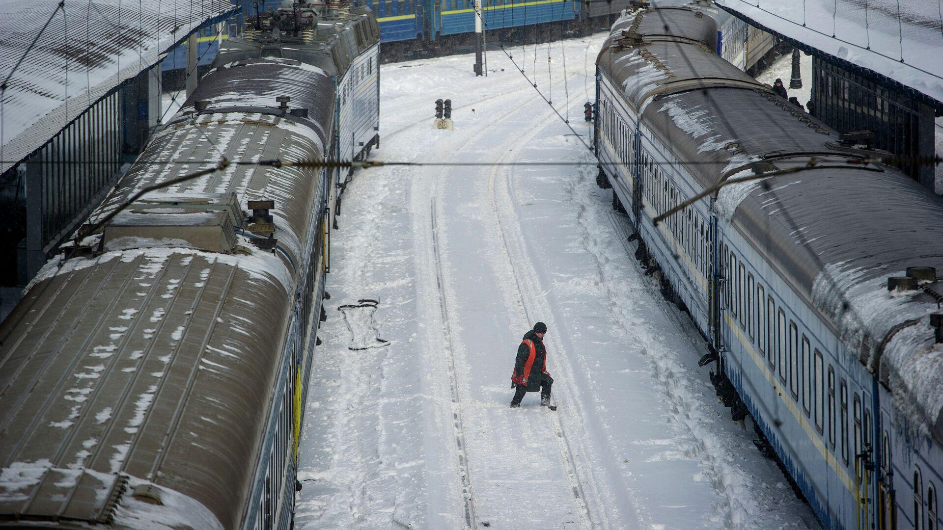 Работник железнодорожного транспорта на вокзале Киева - РИА Новости, 1920, 16.02.2021