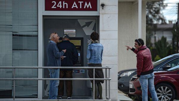 Киприоты в очереди у банкомата