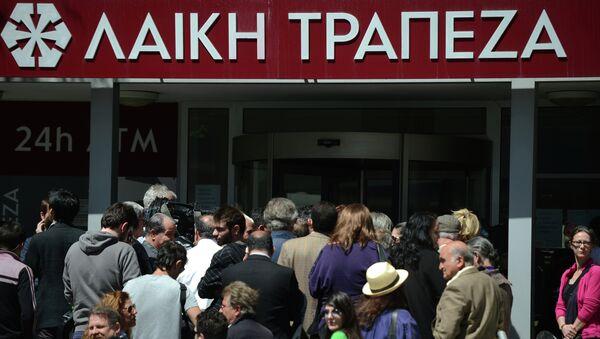 Жители Никосии стоят в очереди у здания Cyprus Popular Bank