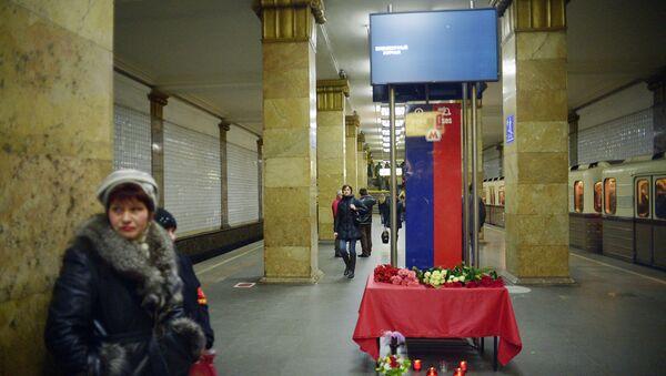 Цветы на станции метро Парк культуры в память о жертвах теракта, который произошел 29 марта 2010 года