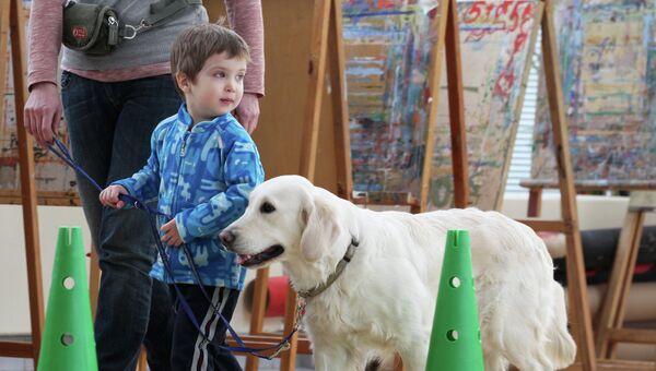 Ребенок общается с собакой