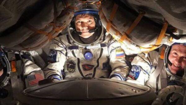 Космонавты в спускаемом аппарате корабля Союз