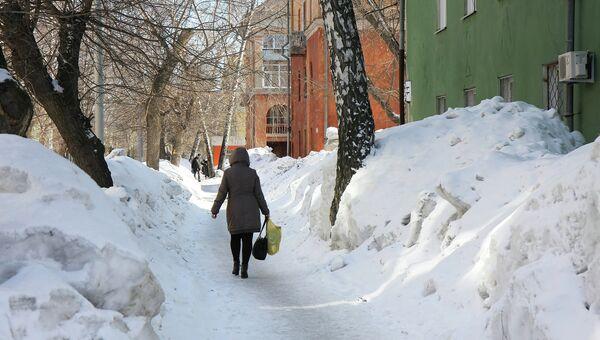 Снежные сугробы в Новосибирске, архивное фото