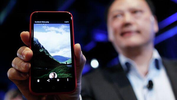 Гендиректор HTC Corporation Питер Чоу держит в руках телефон