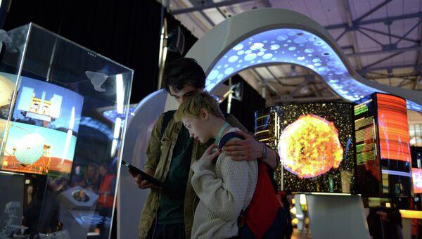 Посетители на международной мультимедийной выставке Научный туннель Макса Планка