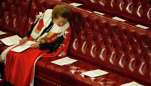 Маргарет Тэтчер ждет выступления Королевы Елизаветы II на церемонии открытия парламента, 2002 год