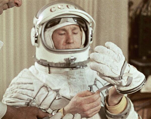 Леонов перед выездом на стартовую площадку