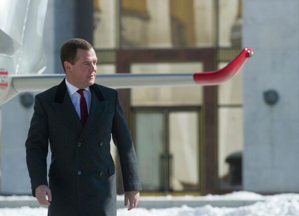 Председатель правительства РФ Дмитрий Медведев на вертолетной площадке перед Домом правительства