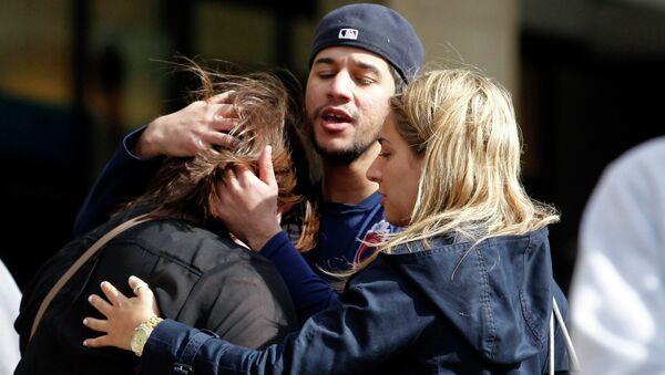 Люди на улице Бостона после взрыва, который прогремел у финишной линии Бостонского марафона