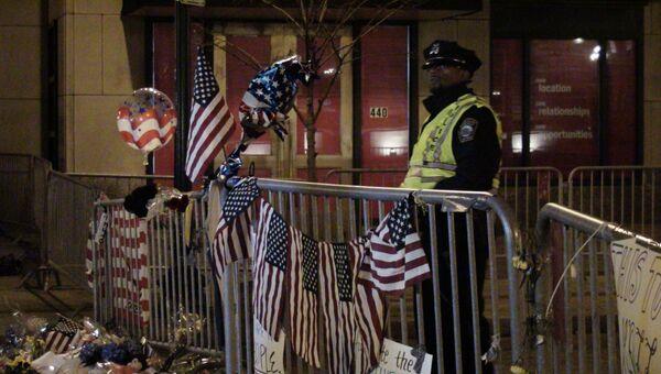 Полиция дежурит рядом с местом взрывов в Бостоне