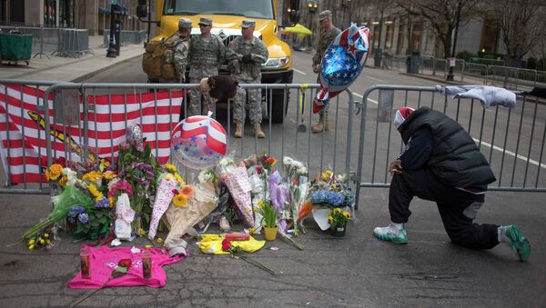 Люди несут цветы в память о погибших в Бостоне