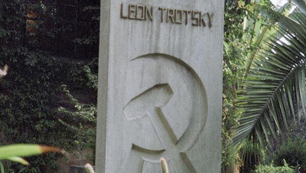 Могила Льва Троцкого во дворе дома-музея в городе Мехико, архивное фото