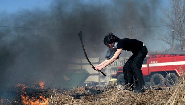 Очаг возгорания сухой травы. Архив