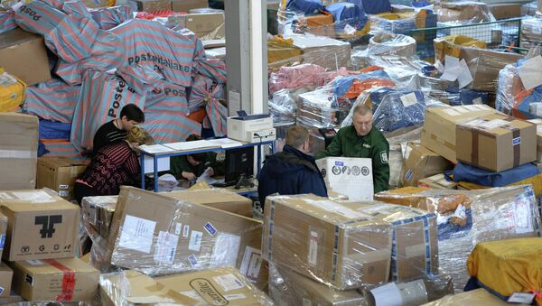 Сотрудники аэропорта Внуково работают в зоне таможенного контроля, архивное фото