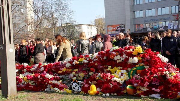 Белгородцы завалили цветами место трагедии, где расстреляли шесть  человек