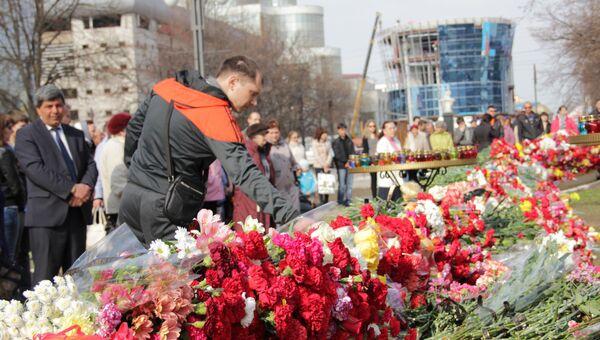 Возложение цветов на месте трагедии в Белгороде. Архив
