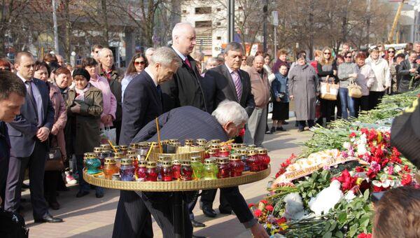 Александр Бастрыкин и Евгений Савченко на возложении цветов на месте трагедии в Белгороде